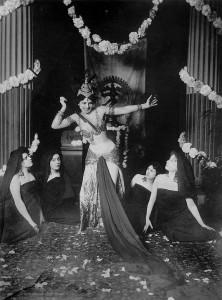 -Mata_Hari_dancing_in_the_Musée_Guimet_(1905)_-_1