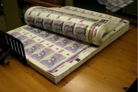 Ke konci loňského roku bylo v oběhu zhruba 2,3 miliardy bankovek a mincí za zhruba 592 miliard Kč.