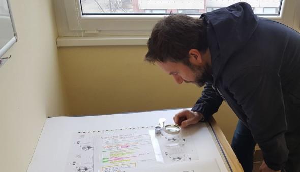 Milan Cais z Tata Bojs při schvalování dopisnice do tisku v Poštovní tiskárně cenin.