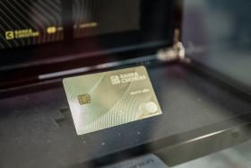 Platební karta z opravdového zlata poprvé na veřejné výstavě.