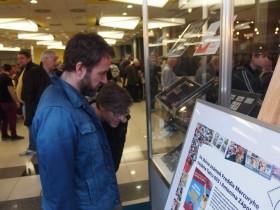 Milan Cais a Mardoša podepisovali na veletrhu dopisnici, která připomíná 30. výročí založení kapely Tata Bojs, ale samozřejmě si nenechali ujít ani vystavené známky ze sbírky Freddie Mercuryho.
