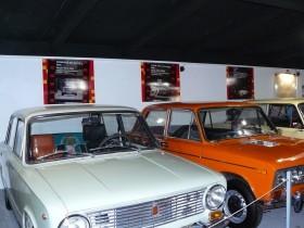 Text a fotografie na stěně vám připomenou, ve kterém českém filmu si vůz stejné značky zahrál.