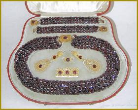 Souprava šperků z Českých granátů, které Ulrice Goethe nikdy nedal.